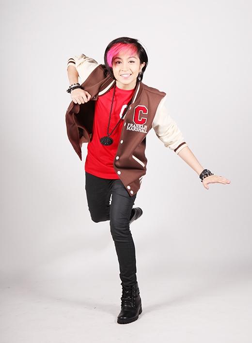 Gil Lê từng tham gia trong dự án phim sitcom Gia đình ngũ quả, ngoài ra, Gil Lê còn là người dẫn dắt chương trình We10 cùng với Isaac (365) với những màn pha trò cực thú vị, được nhiều bạn trẻ yêu thích.