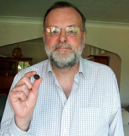Ông Steve và miếng phi tiêu kẹt trong mũi của mình suốt 44 năm.