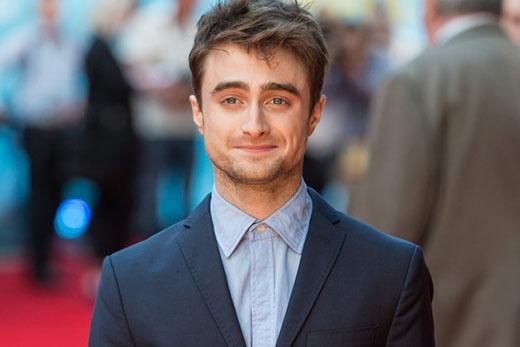 """Chàng """"phù thủy"""" Daniel Radcliffe trong một lần trò chuyện với ELLE cũng đã tiết lộ: """"Tôi là một trong số ít những người có lẽ đã có lần đầu tiên rất tuyệt vời. Đó là một lần với người tôi biết rất rõ. Tôi hạnh phúc để nói rằng mình đã có rất nhiều lần """"quan hệ"""" tuyệt vời hơn nữa kể từ đó, nhưng quả thật là nó (lần đầu) không hề kinh khủng hay đáng xấu hổ như trải nghiệm của nhiều người khác""""."""