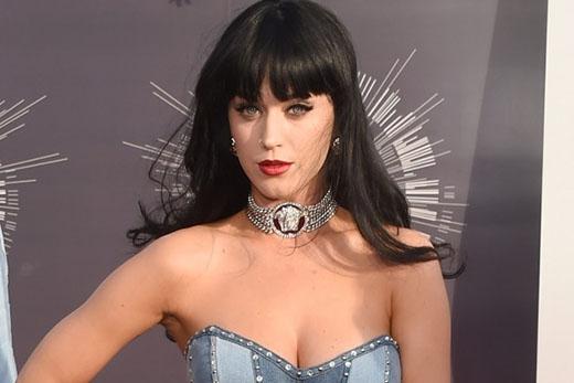 Nữ ca sĩ Katy Perry chia sẻ với tờ tạp chíQC rằng cô đã mất đi sự trong trắng của mình ở tuổi 16, ngay tại ghế trước của chiếc xe Volvo trong khi đang nghe bản nhạc Grace của Jeff Buckley.
