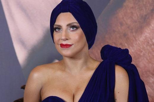 """""""Là một người phụ nữ, bạn thậm chí không tận hưởng được nó cho đến khi bạn ở giữa tuổi đôi mươi"""", Lady Gaga tâm sự cùng Howard Stern về lần đầu tiên của mình, """"Khi bạn 17 tuổi, bạn không biết cách để """"quan hệ"""" vậy nên bạn thậm chí đừng nên thử. Tôi nghĩ bọn trẻ đang làm chuyện người lớn quá sớm""""."""