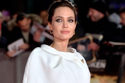 """""""Tôi đã bắt đầu quan hệ với bạn trai từ năm 14 tuổi, chuyện tình dục và những cảm xúc lúc đó khiến tôi cảm thấy như chưa đủ"""", Angelina Jolie thổ lộ với YourTango, """"trong một khoảnh khắc mong muốn được cảm thấy gần hơn với bạn trai, tôi đã nắm lấy một con dao và rạch lên người anh ấy. Anh ấy rạch lại lên người tôi""""."""