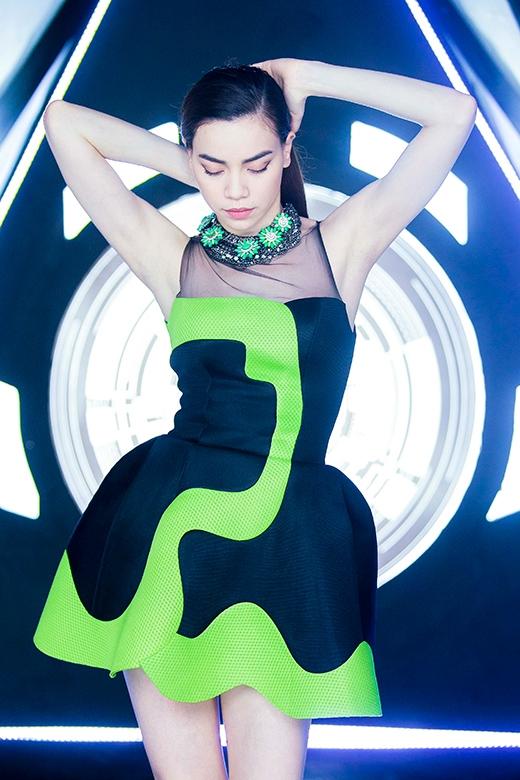 Trong MV sử dụng hơn 10 bộ đồ được chọn lọc từ rất nhiều trang phục khác nhau. - Tin sao Viet - Tin tuc sao Viet - Scandal sao Viet - Tin tuc cua Sao - Tin cua Sao