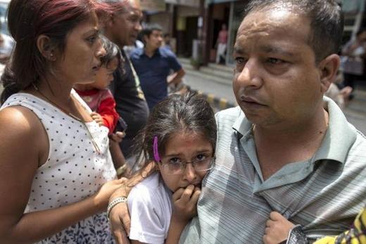 Một bé gái đã hoảng sợ khi trận động đất xảy ra