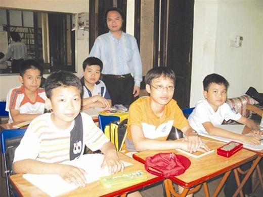 5 học sinh cùng thầy giáo Trần Phương. Ảnh: Tiền Phong.