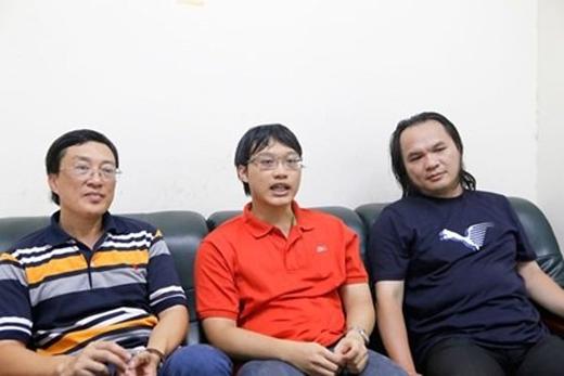 Lê Nguyễn Vương Linh cùng bố (bên trái) và thầy giáo trước ngày du học Mỹ. Ảnh: Tiền Phong.