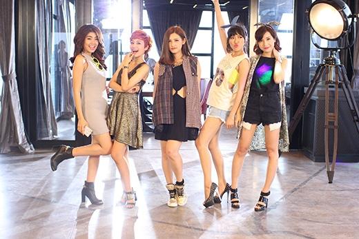 Những chân dài hành động (từ trái sang phải VJ Phương Linh, VJ Tuyền Tăng, Emmi, Diệu Nhi, VJ Kim Nhã)