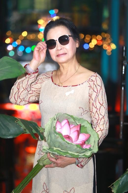 Nữ danh ca đem tro cốt của chồng trở về Việt Nam. - Tin sao Viet - Tin tuc sao Viet - Scandal sao Viet - Tin tuc cua Sao - Tin cua Sao