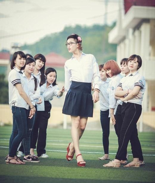 Còn giữa những cô gái mặc quần mạnh mẽ thì anh chàng chân dài mặc váy thướt tha này là xinh đẹp nhất rồi
