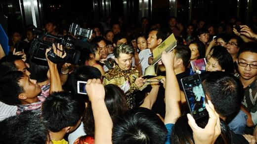 Vẫn kiên nhẫn ký tặng từng bạn fans dù bị vây kín - Tin sao Viet - Tin tuc sao Viet - Scandal sao Viet - Tin tuc cua Sao - Tin cua Sao