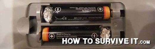 Bạn đang cần pin loại AA nhưng chỉ có pin AAA trong tay. Kiếm vài miếng lá thiếc rồi vo tròn chúng lại, sau đó để vào khoảng trống giữa pin và thiết bị cần lắp đặt.