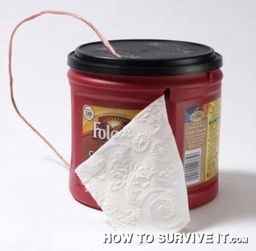 Cất cuộn giấy vệ sinh trong một hộp nhựa có nắp, rạch một đường nhỏ để giấy vệ sinh luôn được khô ráo.