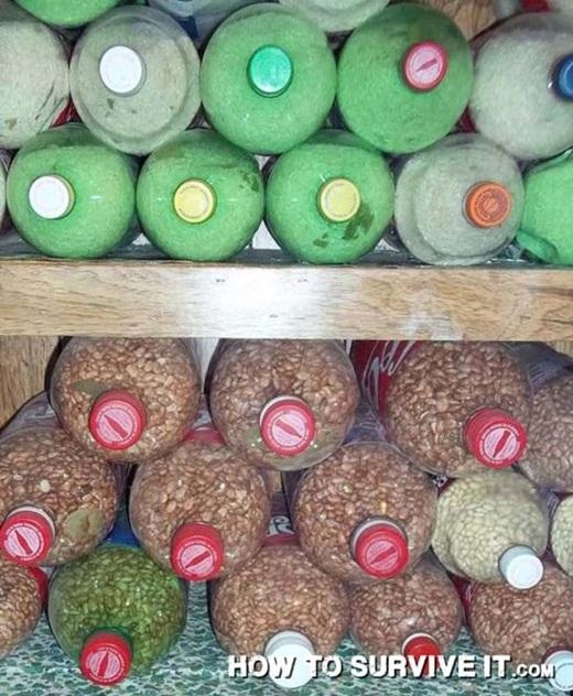 Nếu bạn đem gạo hay các loại đậu theo bên mình khi đi leo núi hay cắm trại, thay vì bỏ vào bịch ni lông khiến chúng dễ bị ẩm ướt, hãy bỏ chúng vào các chai nhựa để có thể bảo quản tốt hơn.