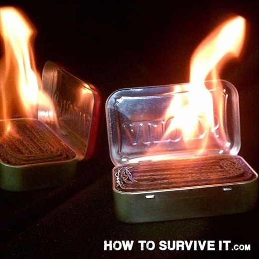 Kiếm một hộp thiếc nhỏ và lấp đầy nó bằng những miếng bìa các tông. Khi nhiệt độ bên ngoài xuống thấp, việc đốt lửa từ chiếc hộp chứa đầy cạc tông sẽ là một nguồn nhiệt nhỏ giúp cơ thể bạn cảm thấy ấm áp hơn.