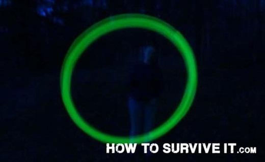 Nếu như bạn đang đi trong rừng vào buổi tối, hãy chắc chắn các thành viên trong đoàn đều có trong tay một chiếc gậy phát quang để có thể tìm thấy nhau trong trường hợp bị lạc.