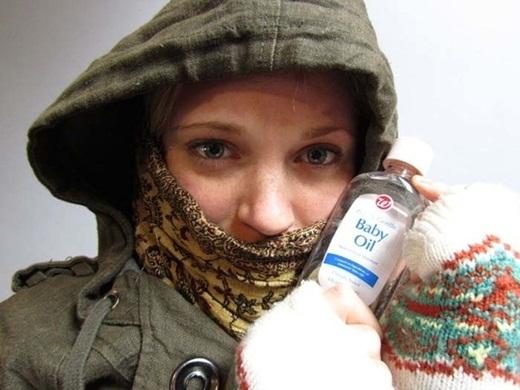 Nếu bạn lo sợ da của mình sẽ bị tê cóng trong thời tiết lạnh, hãy xức dầu em bé lên những phần da tiếp xúc với không khí