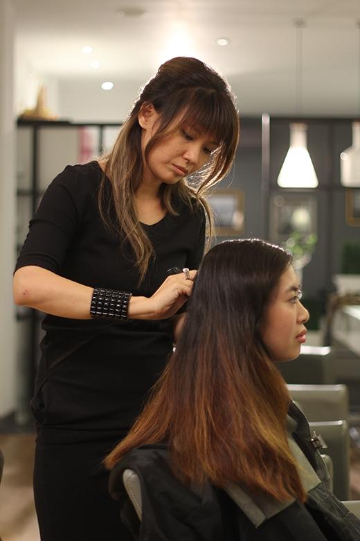 Nhà tạo mẫu tóc chuyên nghiệp Sandrine Nguyễn hứa hẹn sẽ mang đến cho khán giả tham gia chương trình Một Ngày Mới sự tự tin, tươi mới với mái tóc được tạo kiểu phù hợp với mình.