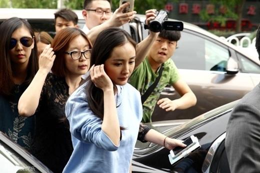 Dương Mịch mệt mỏi đến sở cảnh sát báo án