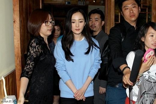 Dương Mịch xuất hiện mệt mỏi cầu cứu cảnh sát vì clip làm nhục