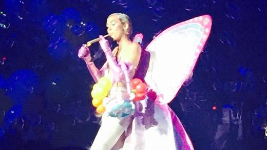 Miley Cyrus điên cuồng trên sân khấu