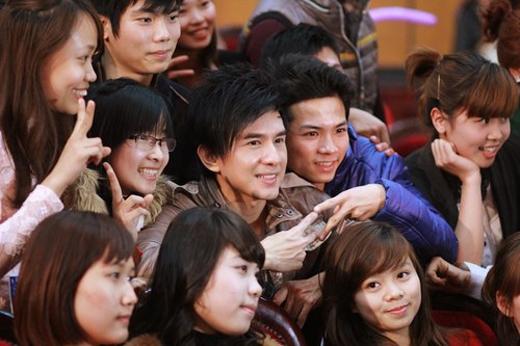 Tuy nhiên vẫn vui vẻ và nán lại chụp hình với mọi người - Tin sao Viet - Tin tuc sao Viet - Scandal sao Viet - Tin tuc cua Sao - Tin cua Sao