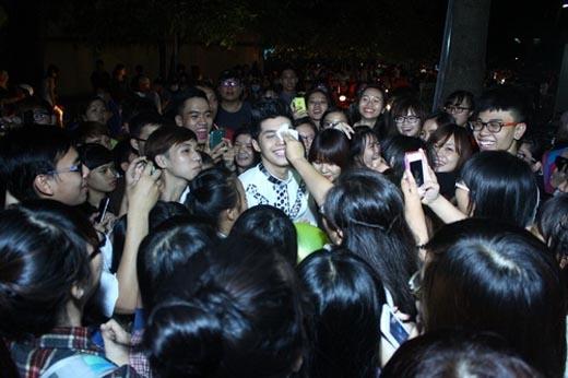 Nổi tiếng là một ca sĩ thân thiện, dù sau khi diễn xong đã rất mệt mỏi, Noo Phước Thịnh vẫn nán lại trò chuyện và chụp hình với các fan của mình. - Tin sao Viet - Tin tuc sao Viet - Scandal sao Viet - Tin tuc cua Sao - Tin cua Sao