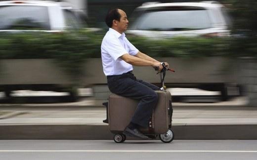 Chiếc va li này có thể chạy được tốc độ tối đa 19,3 km/h và mỗi một lần sạc điện, nó có thể di chuyển được từ 48 - 64 km. Đây là sáng chế của ông Liang trong 10 năm.