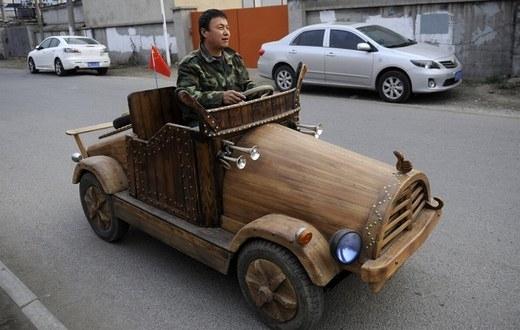 Chiếc xe điện với bộ vỏ gỗ, hình dáng ô tô này có thể di chuyển 32 km/h trên đường. Liu Fulong là người đã chế tạo ra được chiếc xe điện này.