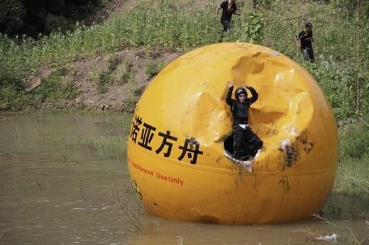 """""""Quả bóng"""" này có tên là Noah's Ark of China, nặng gần 6 tấn, có khả năng bảo vệ con người trước nhiệt độ, nước và các tác động từ bên ngoài."""