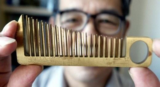 Chiếc lược này ngoài công dụng chải tóc, nó còn có thể phát ra âm thanh và có thể xem là một loại nhạc cụ.