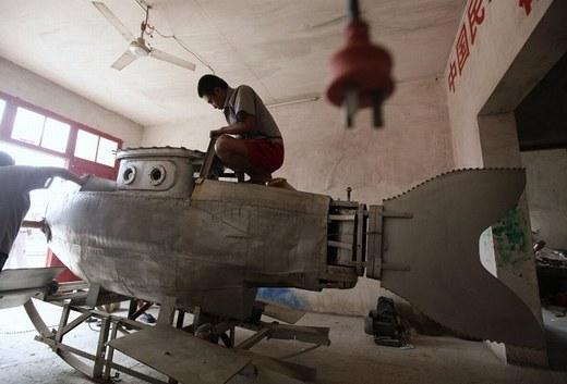 Zhang Wuyi, một người nông dân ở tỉnh Hồ Bắc với phát minh tàu ngầm của mình.