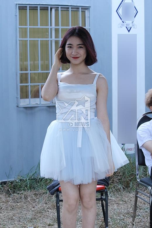 Hòa Minzyxinh xắn, dễ thương với đầm trắng tinh khôi.