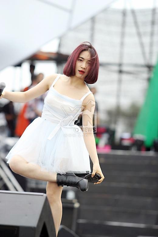Hòa Minzy cởi giày nhảy dưới nắng, Đồng Lan dịu dàng sợ chết