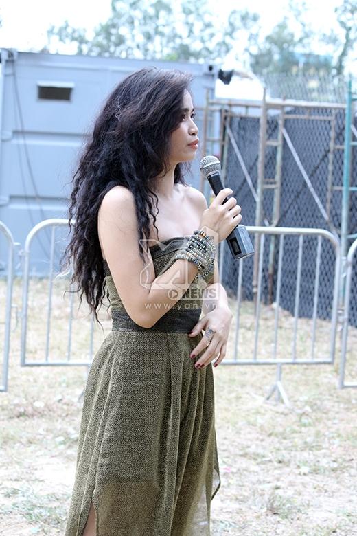 Nữ ca sĩ trình diễn ca khúc Sợ chết và vẫn được nhiều khán giả ủng hộ nhiệt tình.