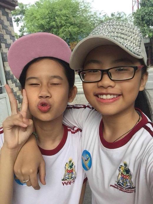 Hôm nay, chịBảy Phương Mỹ Chiđã có một chuyến đi từ thiện với các bạn học sinh trong trường. Cô bé còn vui vẻ tự sướng với bạn học, không hề tỏ vẻ mình là một ngôi sao.