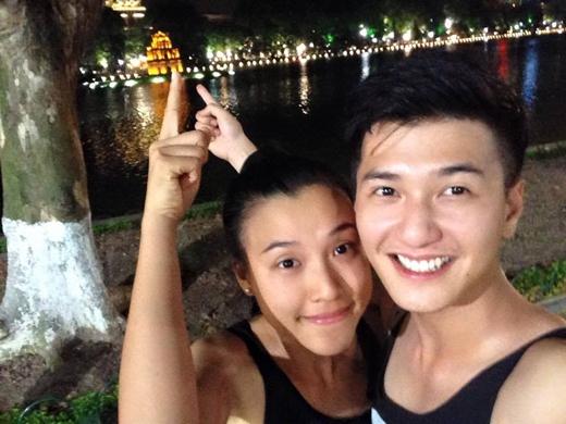 Huỳnh Anh và bạn gáiMC Hoàng Oanhđang có chuyến đi du lịch Hà Nội với gia đình. Cả hai chia sẻ rất nhiều hình ảnh hạnh phúc với nhau trên trang cá nhân khiến fans ganh tị.