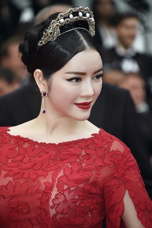 """""""Cựu đại sứ du lịch"""" diện một bộ đầm lộng lẫy thuộc dòng Haute couture của thương hiệu Alexis Mabille tiếp tục thu hút khi sải bước trên thảm đỏ Liên hoan phim Cannes trong ngày thứ 2. - Tin sao Viet - Tin tuc sao Viet - Scandal sao Viet - Tin tuc cua Sao - Tin cua Sao"""