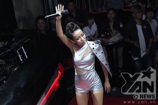 Trong đêm thi tiếp theo của Tuyệt đỉnh tranh tài, Thảo Trang hứa hẹn khiến khán giả té ngửa với màn thể hiện bolero của mình - Tin sao Viet - Tin tuc sao Viet - Scandal sao Viet - Tin tuc cua Sao - Tin cua Sao