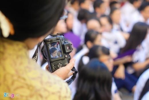 Nhiều cô giáo đã chủ động mang máy ảnh ghi lại một kỷ niệm đẹp, khó quên.