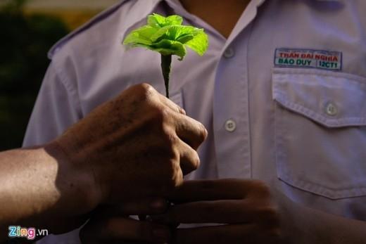 Một học sinh tự tay làm đóa hoa tặng cô.