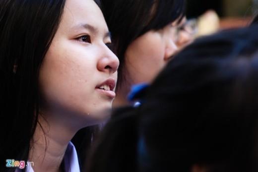 Nữ sinh Như Hạ (lớp 12 chuyên văn) lặng người lắng nghe từng lời của cô.