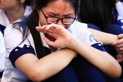 Nhiều bạn gái không thể kìm được giọt nước mắt.