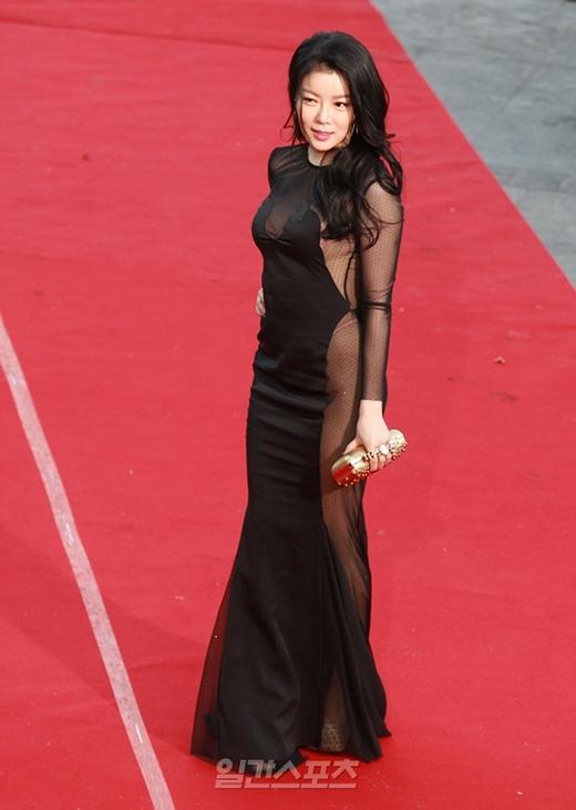 Nữ diễn viên xứ Hàn bị ném đá vì ăn mặc lố lăng