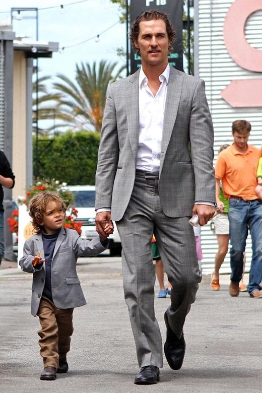 Không nhất thiết phải giống từ đầu đến cuối, chỉ với chiếc vest khoác ngoài, cặp cha con này cũng đã nổi bật giữa đám đông!