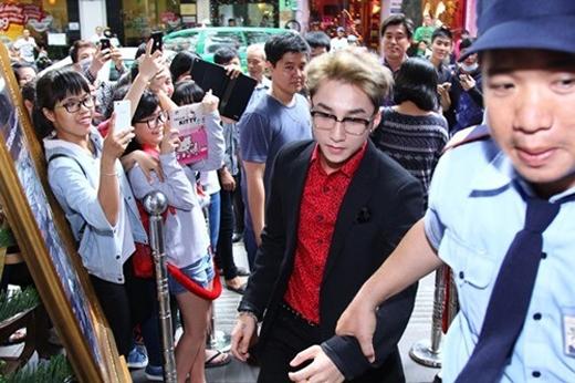 Mỗi khiSơn Tùngxuất hiện đều có rất đông người hâm mộ đứng đợi sẵn - Tin sao Viet - Tin tuc sao Viet - Scandal sao Viet - Tin tuc cua Sao - Tin cua Sao