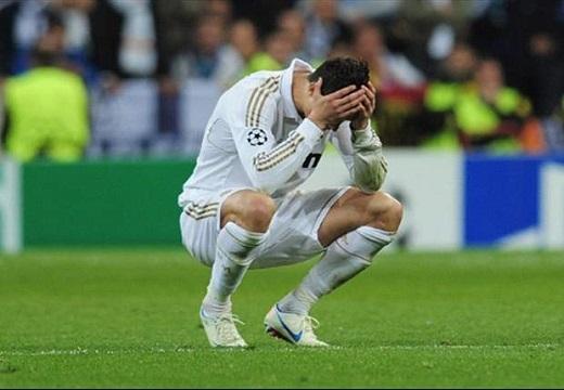 Thành cựu vương, Ronaldo bật khóc trong phòng thay đồ