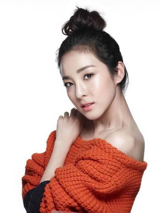 """Dường như vẻ đẹp """"không tuổi"""" vẫn chưa đủ để nói về chị cả của 2NE1, Dara, khi mà cô nàng còn sở hữu khá nhiều nét đẹp trên cơ thể, trong đó có chiếc cổ đầy mê hoặc."""