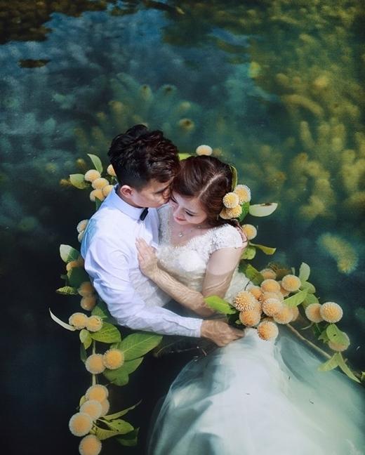 Dưới thời tiết nắng nóng 40 độ, cặp đôi Hà Thành cùng toàn bộ ê-kíp thực hiện phải ngâm mình dưới nước trong nhiều giờ đồng hồ để có được những bức hình ưng ý nhất.