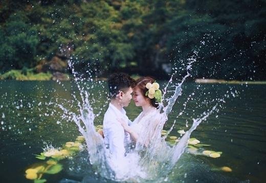Cô dâu Hải Anh chia sẻ: Lúc đầu xuống nước, tôi hơi sợ vì không biết bơi. Nhưng ở bên chồng, tôi quên đi tất cả. Nếu xem kỹ bộ ảnh, mọi người sẽ thấy có cả một đàn cá con bơi xung quanh chúng tôi. Đây thực sự là trải nghiệm thú vị.