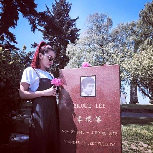 Bảo Anhđã đến Seattle để chuẩn bị cho chuyến lưu diễn của mình. Ở đây, cô cũng tranh thủ thời gian đến mộ củaLý Tiểu Long và bày tỏ lòng thành kính đến anh.